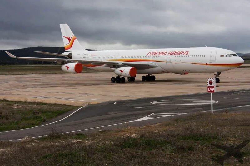 Avión Airbus A340 matrícula PZ-TCR en el aeropuerto de Ciudad Real, desguazado por Jet Aircraft Services